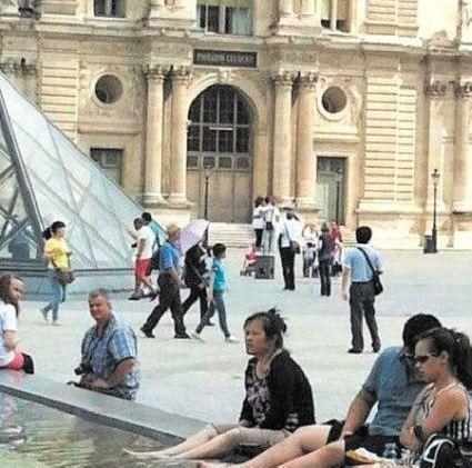 chinese louvre tourist